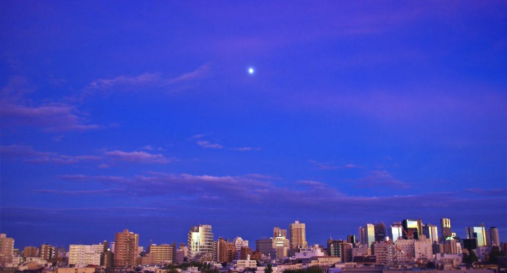 台風の後の月