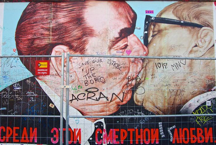 ホーネッカーとブレジネフが接吻して挨拶するベルリンの壁の中でもっとも有名な絵