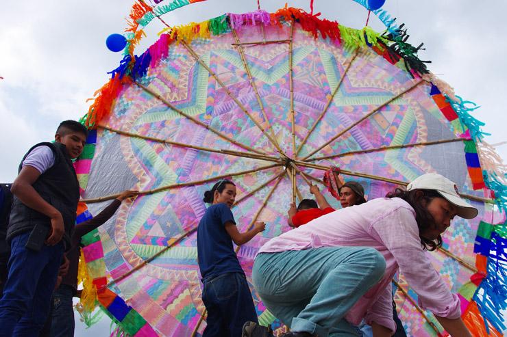 死者の日にサンティアゴ・サカテペケスの墓場で巨大な凧揚げ