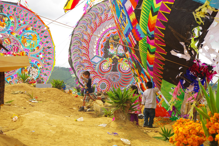死者の日にサンティアゴ・サカテペケスの墓場で巨大な凧揚