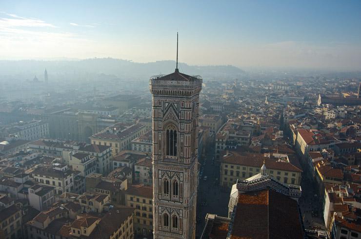 ドゥオーモから見下ろすジョットの鐘楼