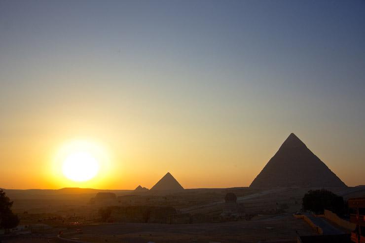 夕暮れのピラミッド