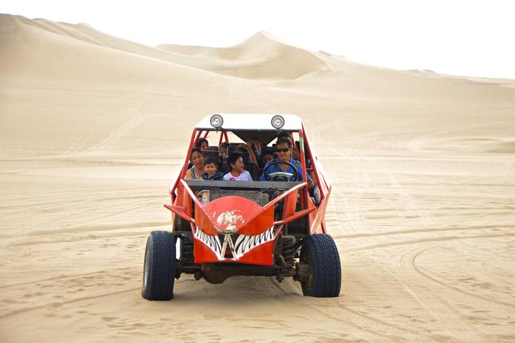 砂漠のオアシス『ワカチナ』でマッドマックス的なバギーでヒャッハー!