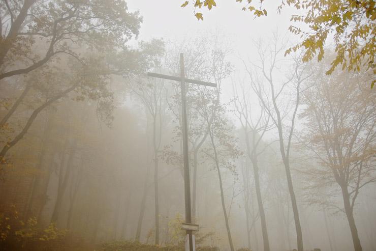霧の中にそびえる十字架
