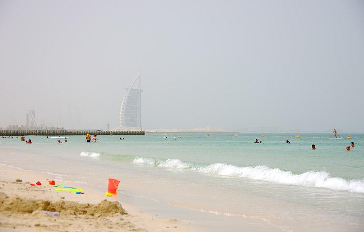 なめらかな白砂が美しい砂漠の海、カイトビーチ(Kite Beach)| ドバイ