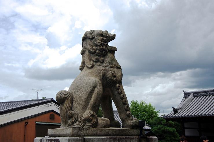 仁王門前の狛犬の口
