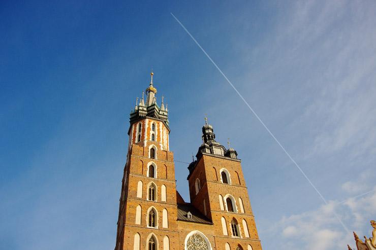 聖マリア教会と青空に残る飛行機雲
