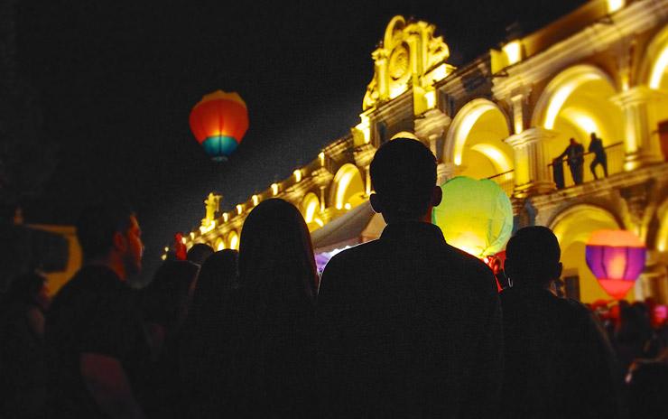 アンティグアでタイのコムローイを真似たランタン祭り