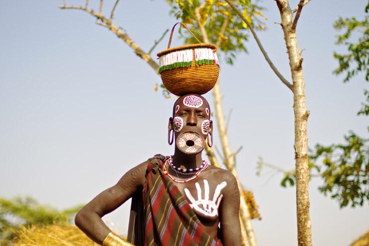 唇にお皿をはめたムルシ族 | エチオピア南部の先住民族