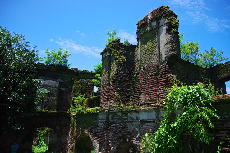 廃墟を探検