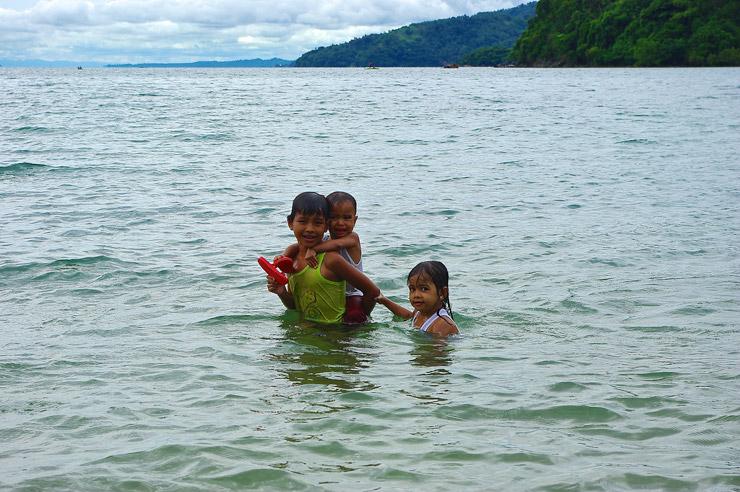 プエルトガレラ湾で遊ぶ子供達たち