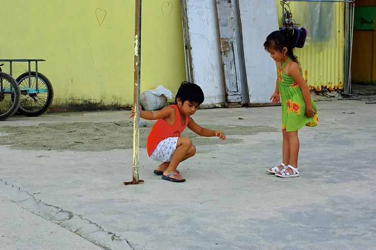 ホワイトビーチで遊ぶ子供達