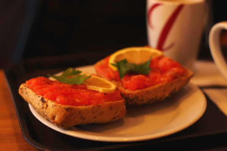 クリームチーズを塗って、サーモンをたっぷり乗せた超美味しいパン