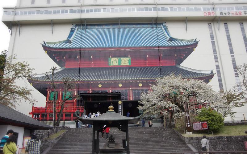 輪王寺 日光山輪王寺 輪王寺を建立した勝道上人の銅像の前でバスを降り輪王寺の中... 新宿から片