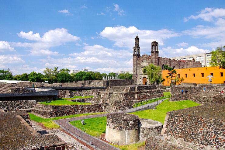 メキシコシティにあるアステカ遺跡『トラテロルコ三文化広場』