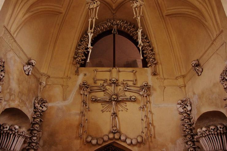 悪魔の居城のような人骨で出来た教会、セドレツ納骨堂