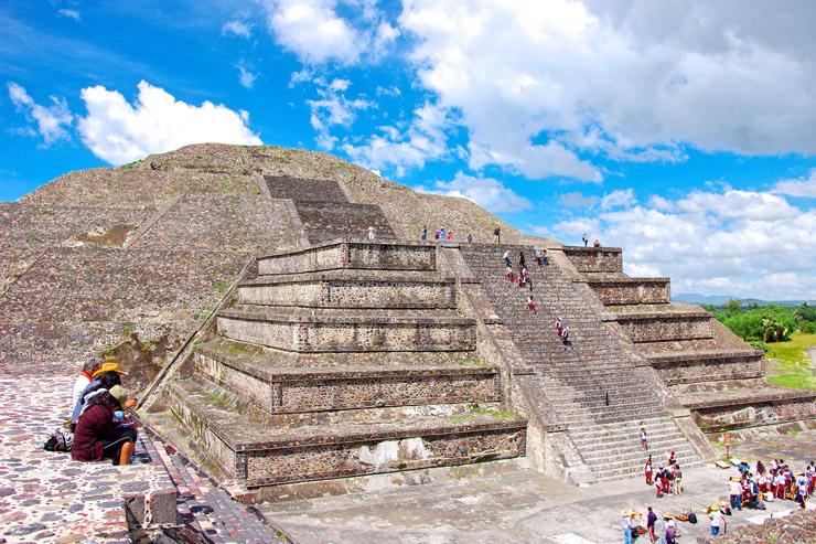 月のピラミッド