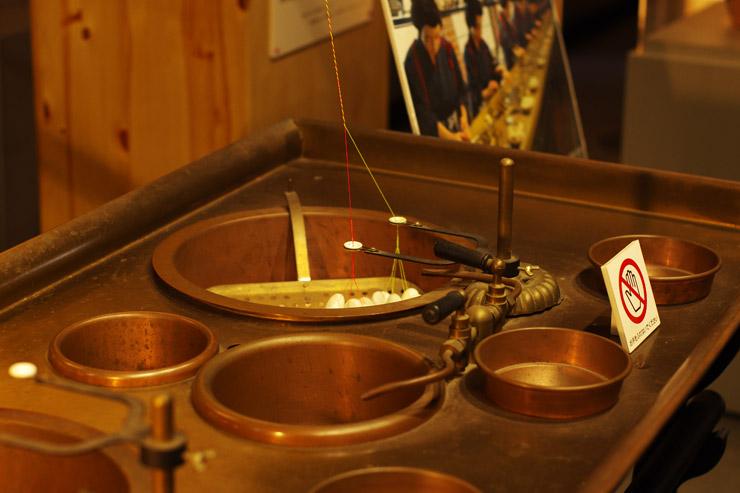 富岡製糸場で使用されていたフランス式繰糸機(岡谷蚕糸博物館蔵、レプリカ)