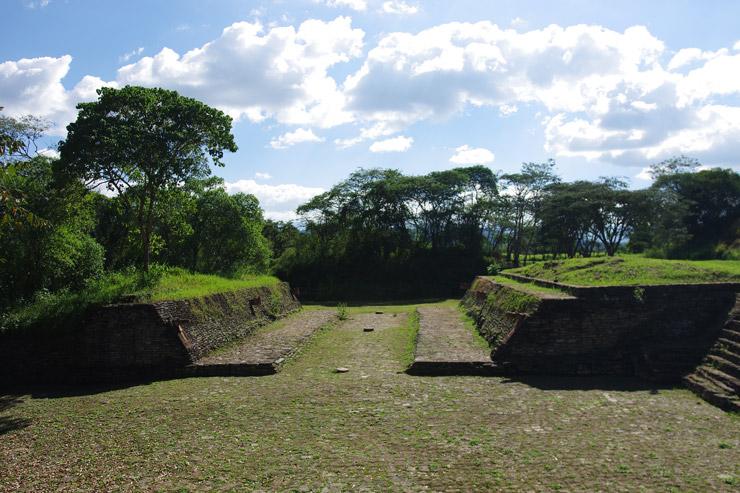 トニナ遺跡の球技場