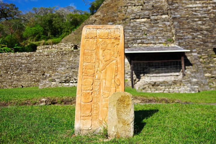 トニナ遺跡の石碑