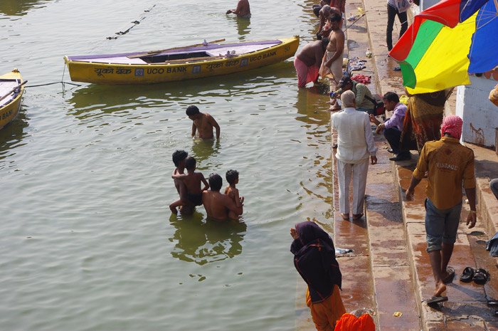 ガンジス川で沐浴する人々