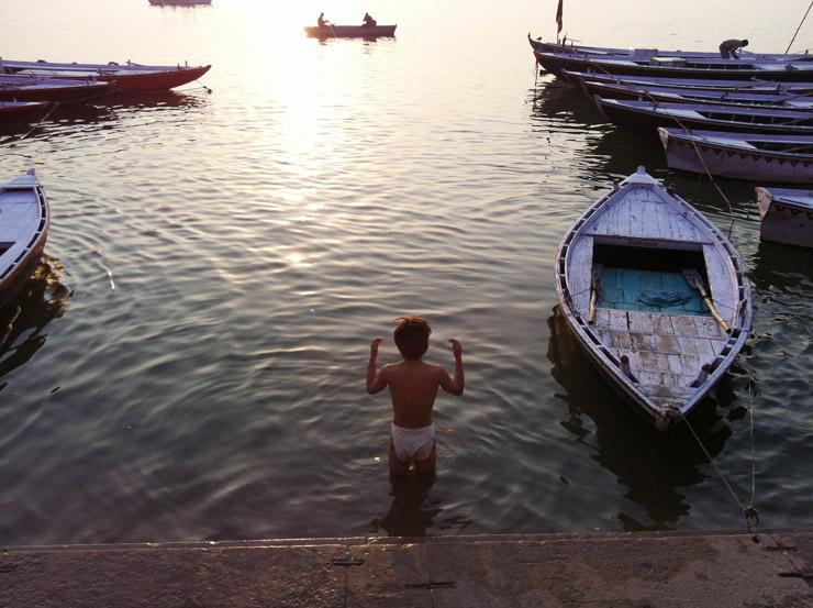 ガンジス川で沐浴に挑戦する秘本男児