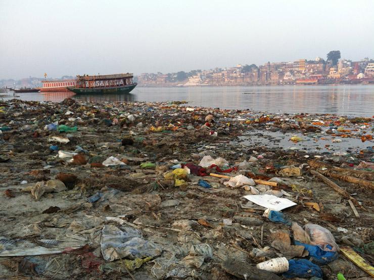 ガンジス川対岸に流れ着いたゴミ