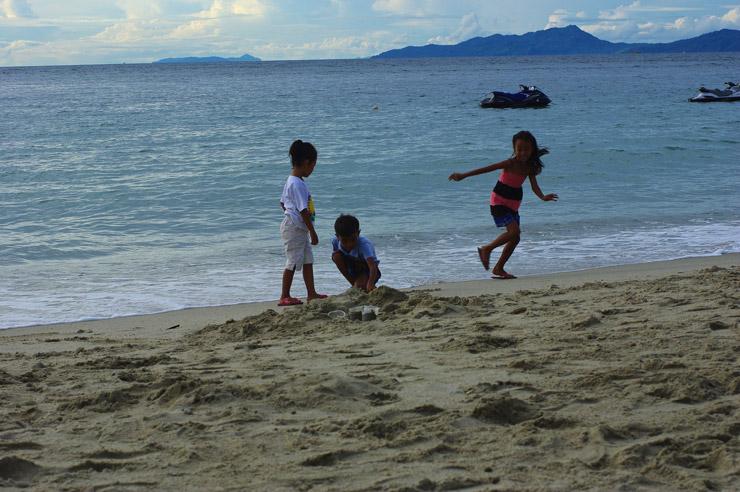 ホワイトビーチの子供達